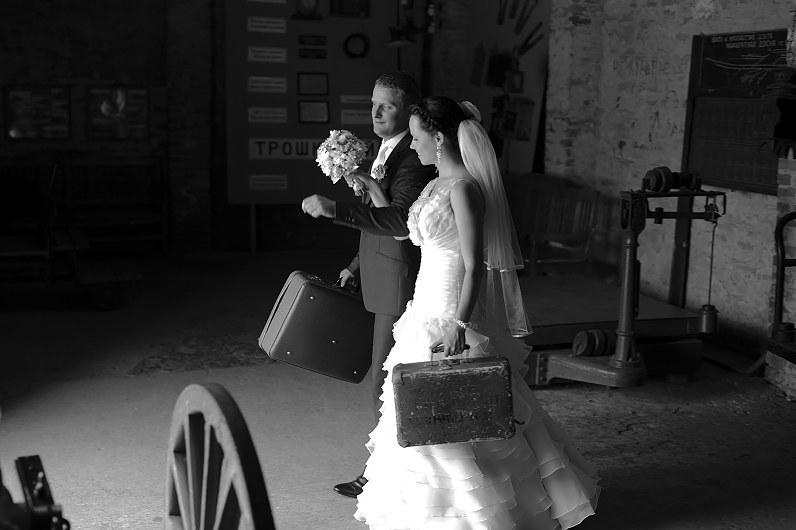 vestuvių fotosesija su lagaminais