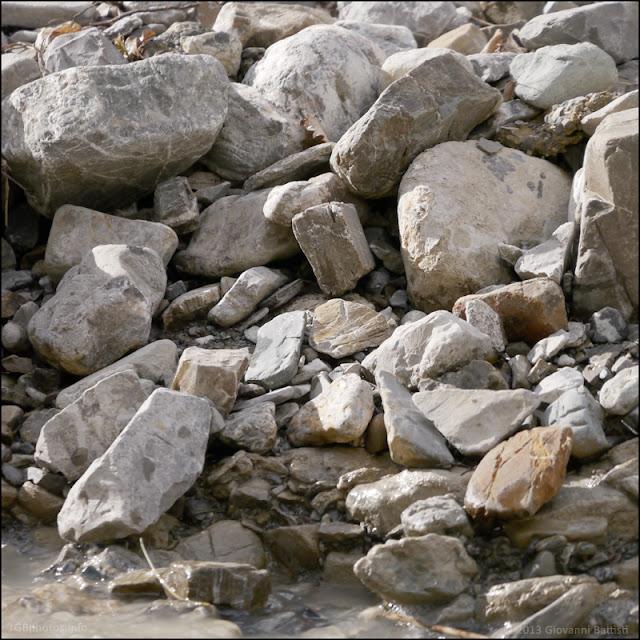Fotografia dei ciottoli del torrente del Fosso Bianco a Bagni San Filippo