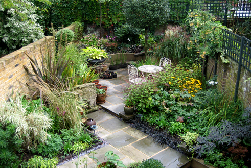 Small garden design garden design for small spaces for Modern garden design for small spaces