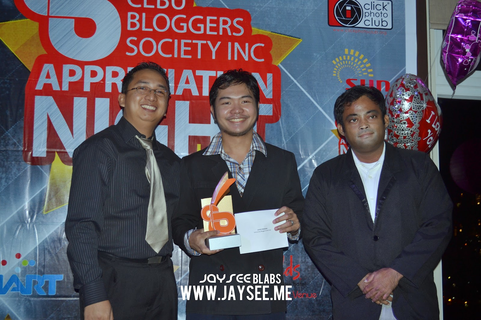 jaysee pingkian jayseeblabs receiving a recognition from the President Ruben Licera and VP Bjorn Bernales of CBSi.