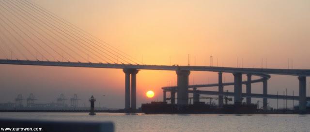 El sol saliendo en el mar de Busan