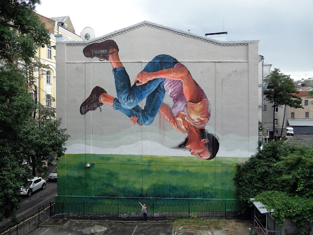 While you discovered his first piece in Kiev a few days ago, Fintan Magee spent some overtime in Ukraine where he was given the opportunity to work on a second artwork.