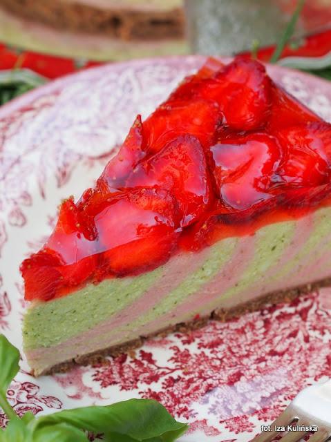 serniczek z truskawkami bazylią i galaretką , deser bez pieczenia , owoce i zioła