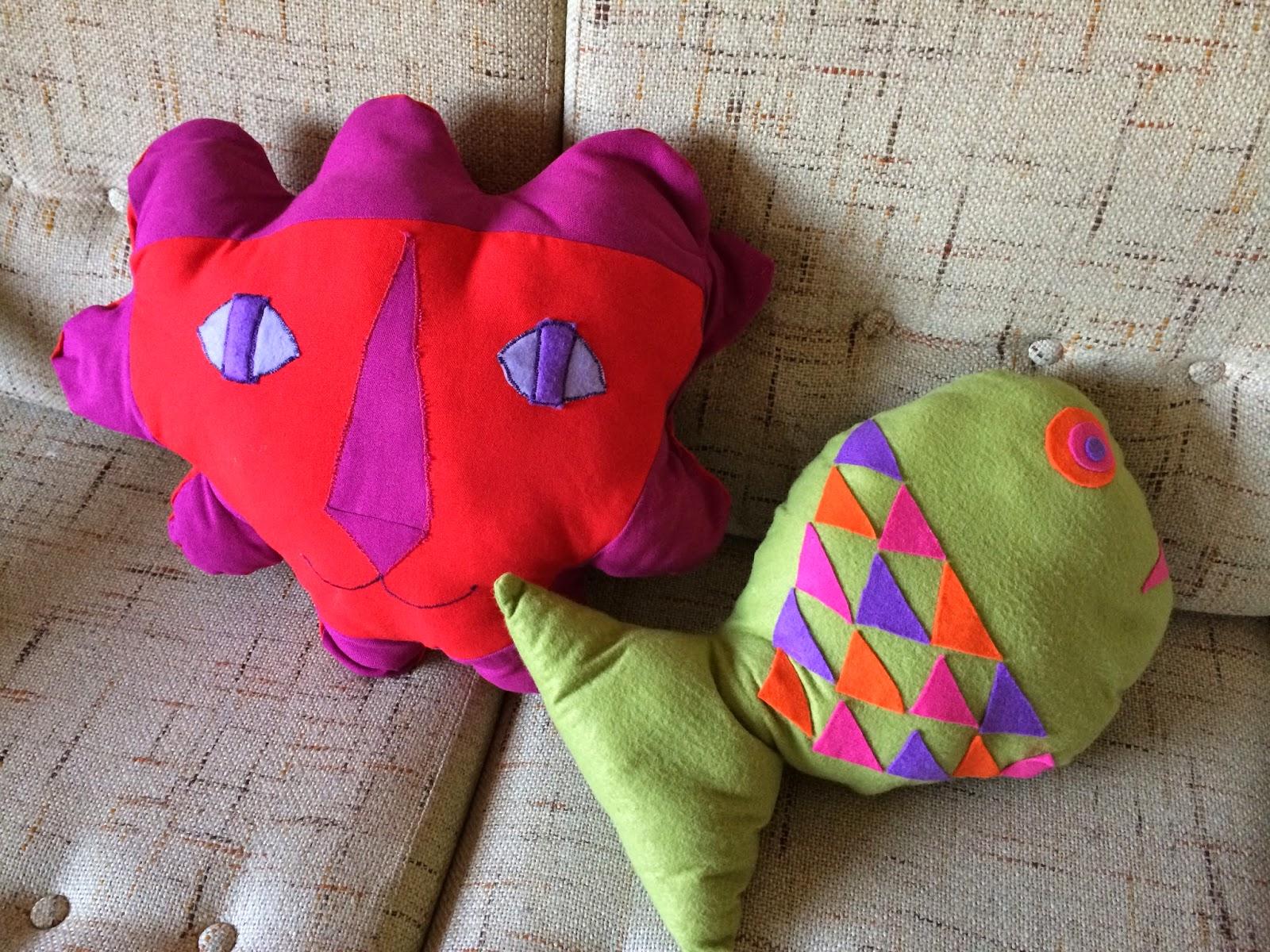 Addicted to my sewing machine : Fish cushion from a 70s sewing pattern + the incredible Lion Sun Flower head cushion ! Plus proche d'un Uranoscopidae que d'un élégant Discus , ce coussin fait le bonheur de Teilo , et rien que ça  , ça devrait vous couper la chique ! Quant à l'indescriptible coussin Lion Sun Flower Head , je vous assure que je n'étais pas sous LSD ... par contre j'écoutais La Souris à ce moment là , pensez vous que cela ait une incidence ??? vintage sew pattern 70s 1970 années 70