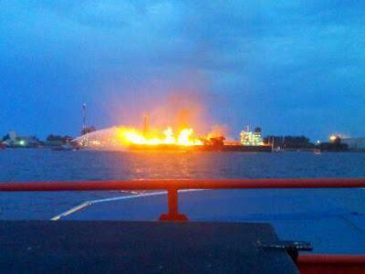 Kapal Meletup Di Jeti Petronas Labuan 26/7/2012 [Gambar]