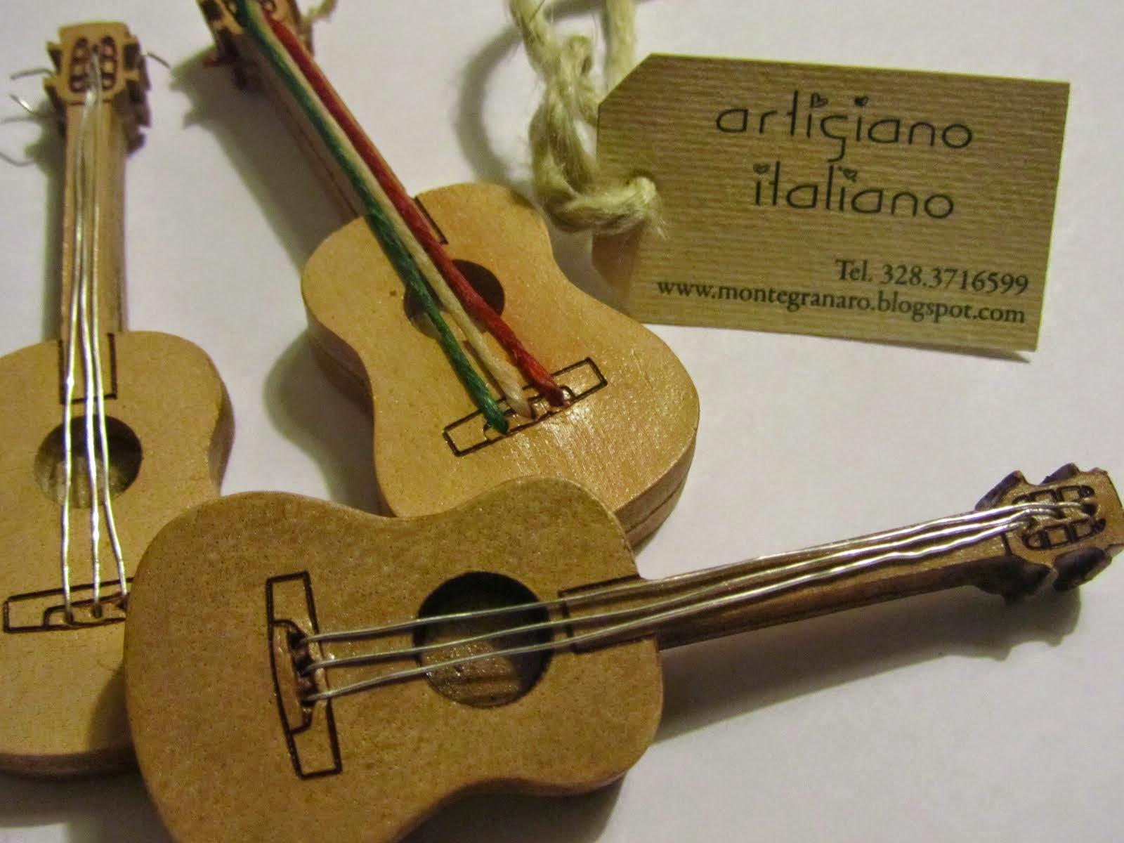 Artigiano che produce chitarre e tracolle in pelle