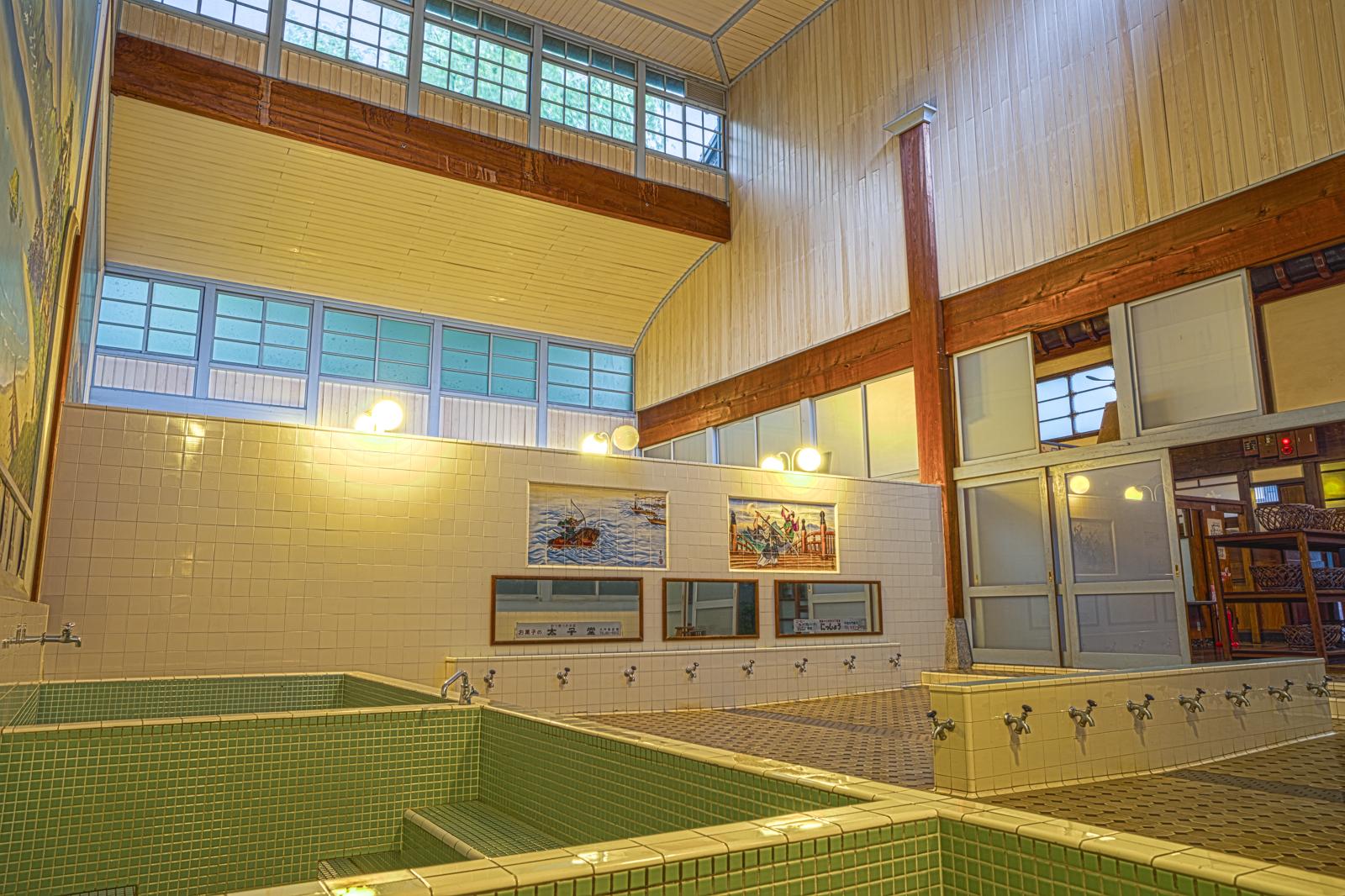 子宝湯、浴槽付近から撮影した浴場のHDR写真