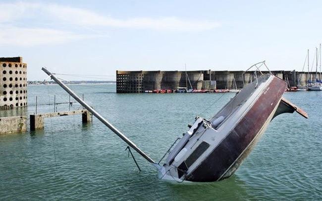Peliknya bot karam ni sampai boleh jadi tumpuan ramai
