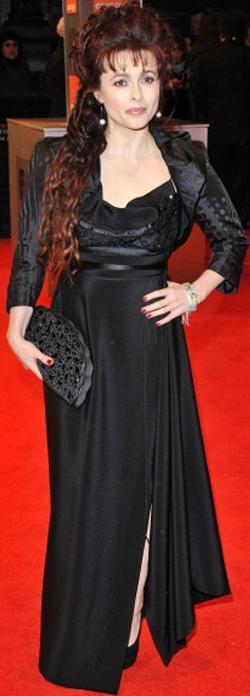 Helena Bonham Carter con vestido negro en la Alfombra Roja