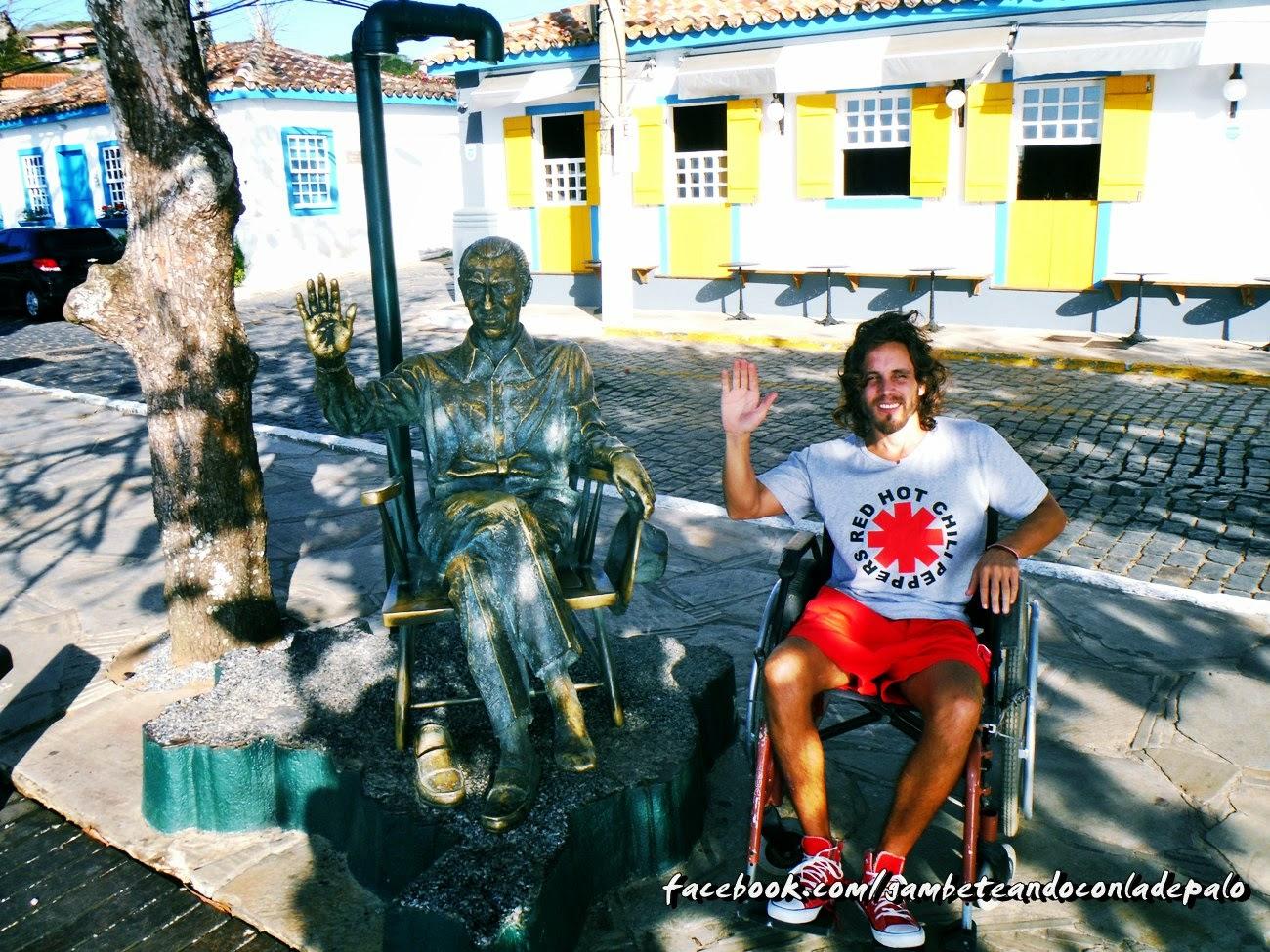 Al lado del monumento de Juscelino Kubitschek, ex presidente de Brasil que pasaba sus veranos en Búzios