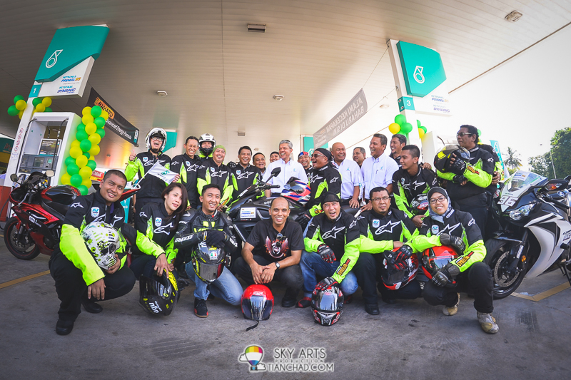 Group photos of PETRONAS VIPS together with superbike groups who was there during the PRIMAX 95 launch