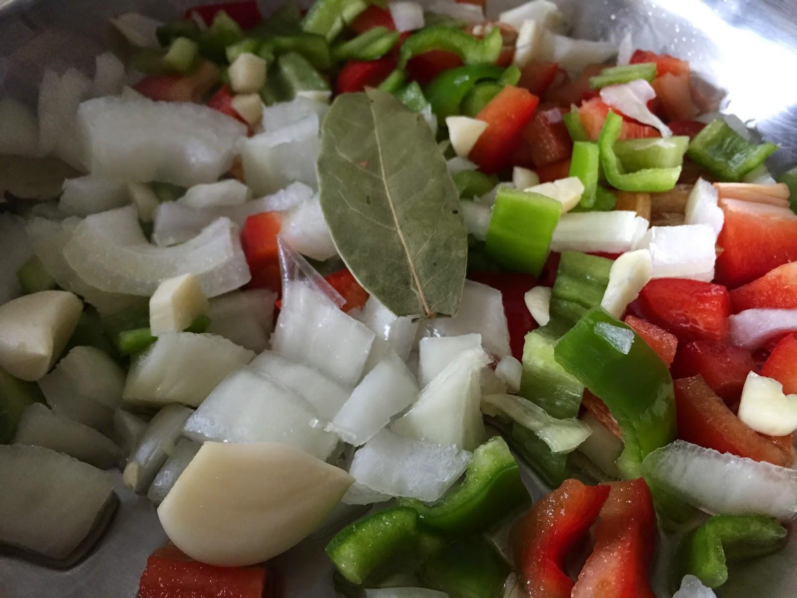 Conejo guisado, friendo las verduras.