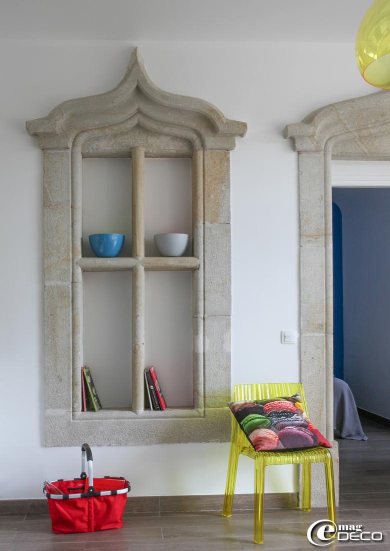 Dans un gîte du Château Clément, chaise 'Frilly' de Patricia Urquiola pour 'Kartell', coussin 'Macarons' chez 'Bonjour mon Coussin', saladiers bleu et gris 'zak!designs', panier 'Reisenthel'
