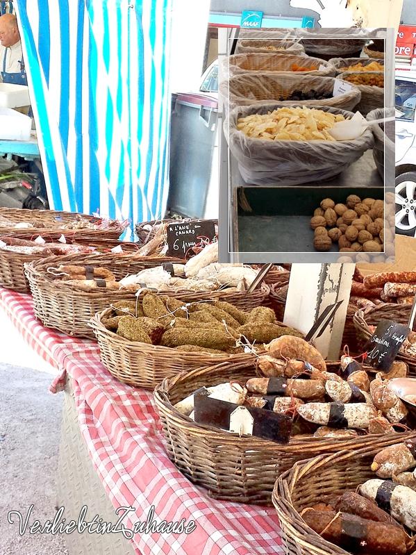 Körbe gefüllt mit Salami und Trockenobst auf einem französischen Markt in Bagnols sur Cèze