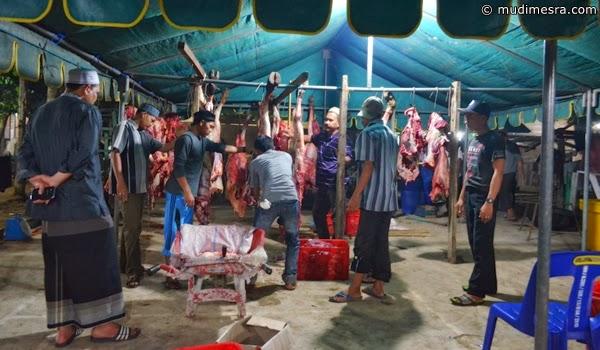 Panitia dapur mempersiapkan daging untuk hari Seuneujoh.