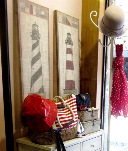 Cuadros altos de faros y bolso rayas rojas.