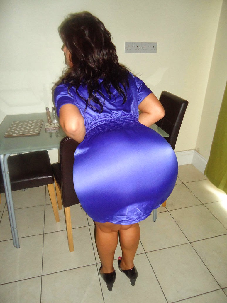 an escort who offers anal posing her big ass for a photo