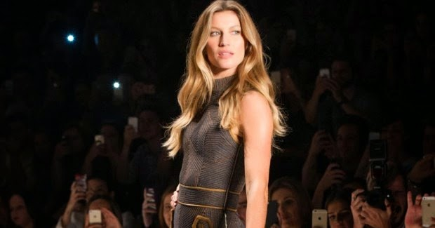 Gisele Bündchen quase dá selinho em estilista no desfile da Colcci