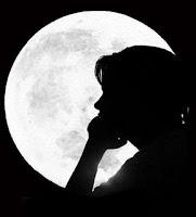 mulher na lua, mulher lua, mulher perfil, mulher pensando pensativa, menina lua, menina inteligente, moça feliz
