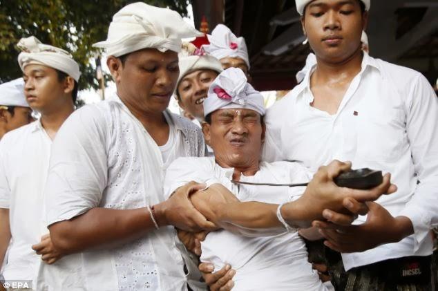 GAMBAR-GAMBAR UPACARA NGEREBONG DI BALI INDONESIA