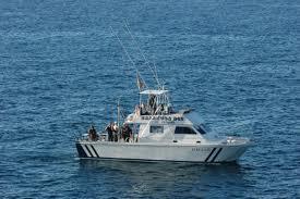 foto de uma barco praticando a pesca embarcada