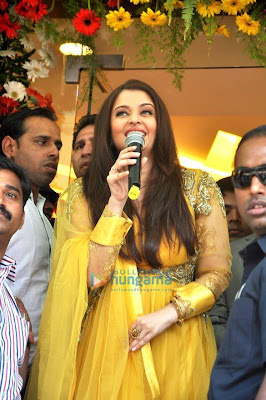Aishwarya looking gorgeous in inaugurates Kalyan Jewellers' showroom