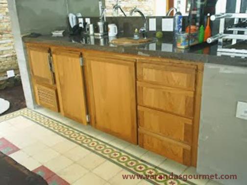 Balcão refrigerado 1 e 1/2 porta em madeira natural envernizada