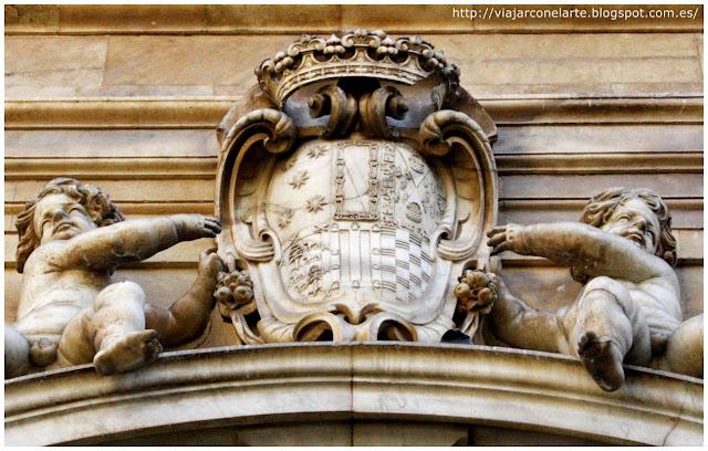 Blasón del fundador coronando la portada de la iglesia de las Agustinas de Monterrey en Salamanca