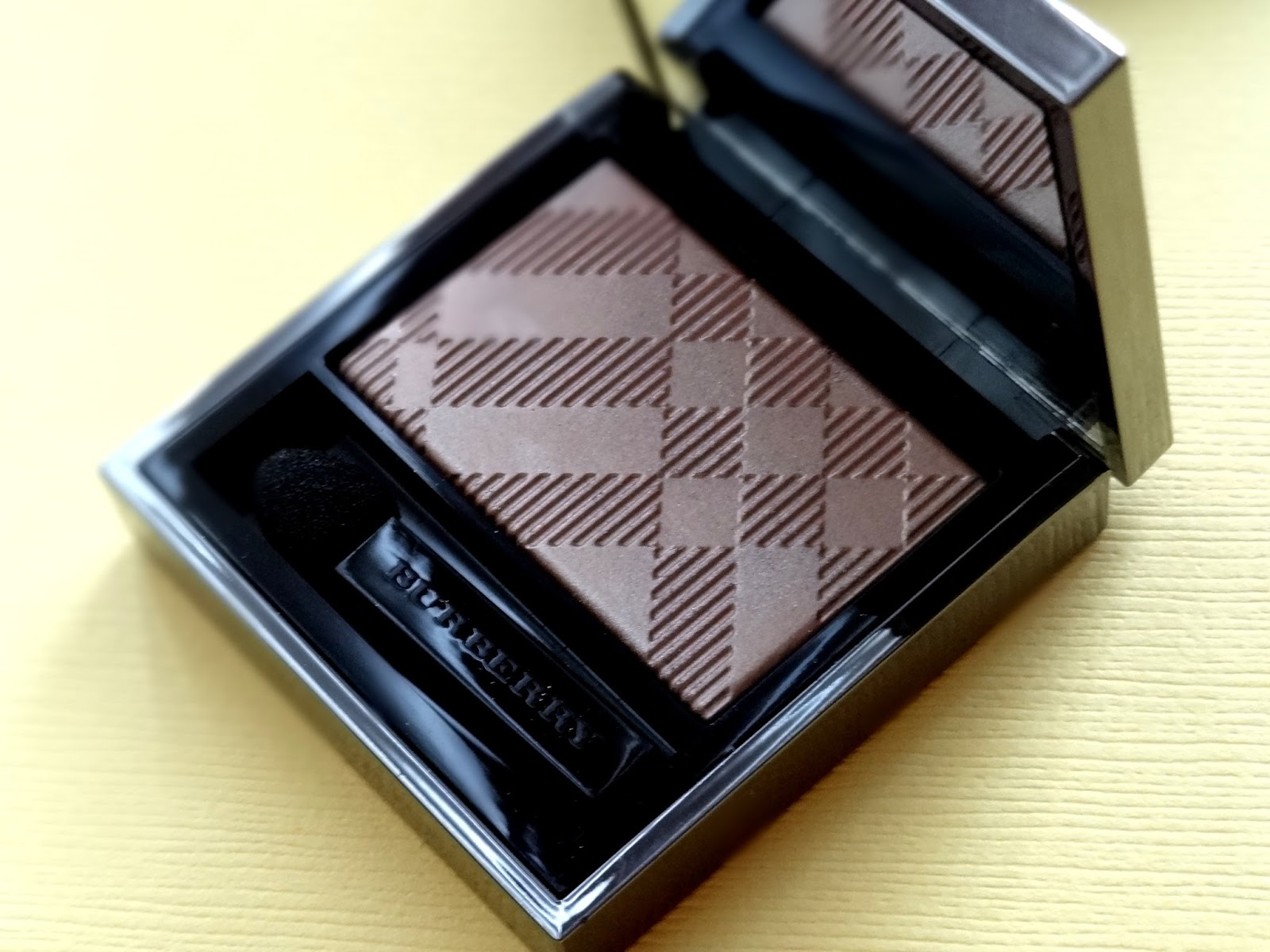 Burberry Wet & Dry Glow Eye Shadow in Nude 002 Review, Photos & Swatches