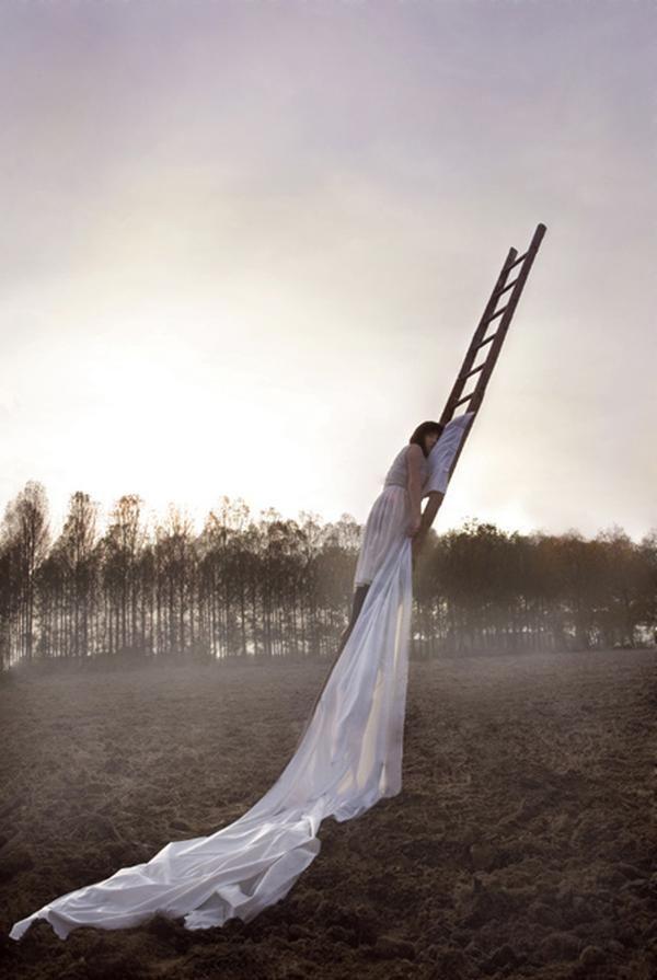 Foto surrealista irreale mujer escalera