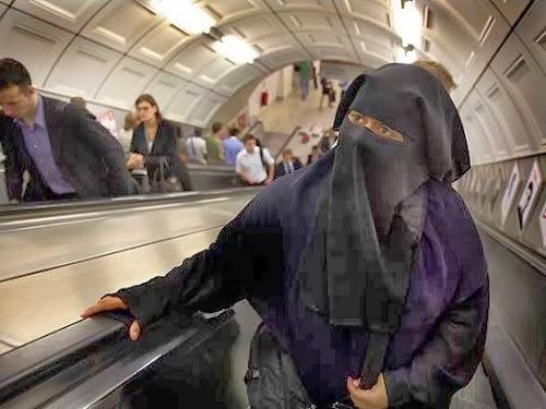 Muslimah berjilbab di eskalator (ilustrasi)