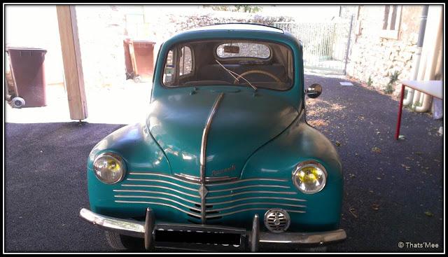 Vieille Renault turquoise vintage