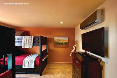 Cuarto de dormir con paredes de adobe