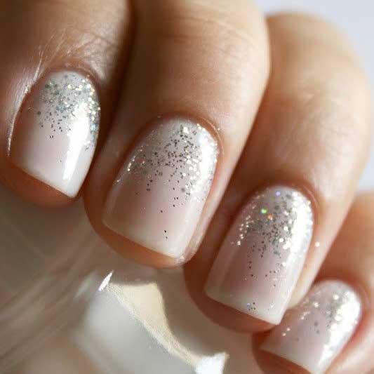 Y si utilizamos colores neutros daremos la impresión de tener unas uñas más sanas y manos lindas.
