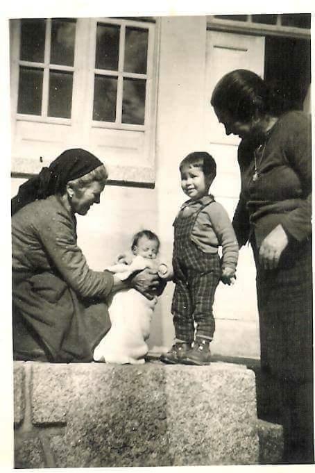 Nas mãos da bisavó Maria com a avó Dalaica