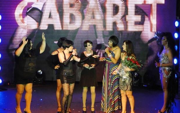 Claudia Raia recebe flores no palco (Foto: Cassio Sampaio/Divulgação)
