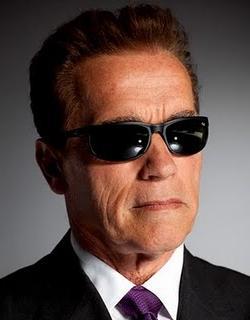 Arnold Schwarzenegger con lentes oscuros