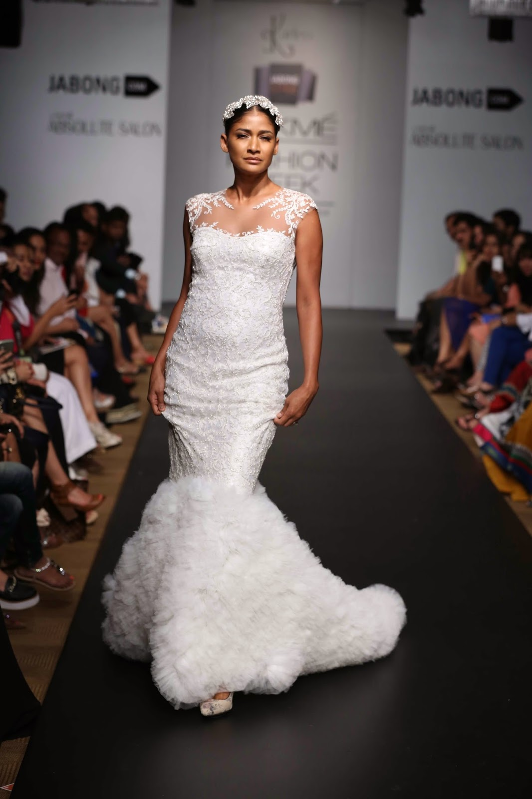 The showstopper was none other than supermodel Carol Gracias who stunned all in a crystal encrusted white gown with opulent ruffles at the bottom. Pretty, dramatic and daring 'KARLEO' by Karan Berry and Leon Vaz had everything for any diva who likes to stand out.