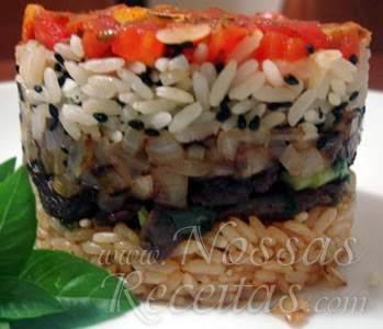 receita diferente servida com camadas de arroz e filé