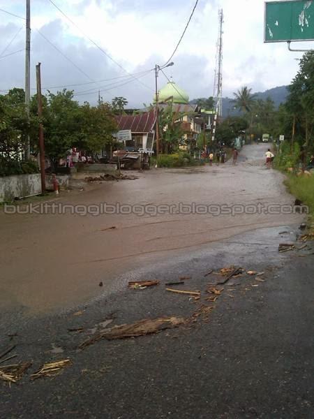 foto banjir di batipuh padang panjang air menggenangi permukaan jalan di sekitar mesjid