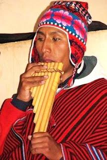 Foto de un músico tocando zampoña