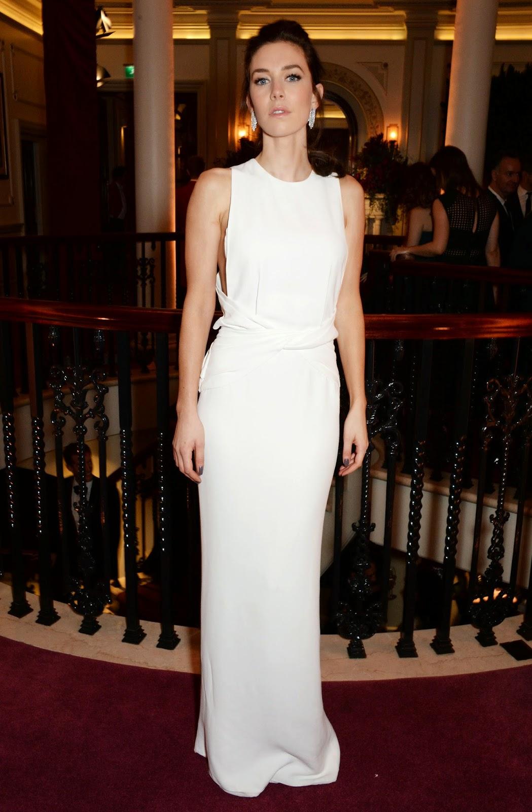 Vanessa Kirby bela num longo branco e minimalista e4cb3d678a