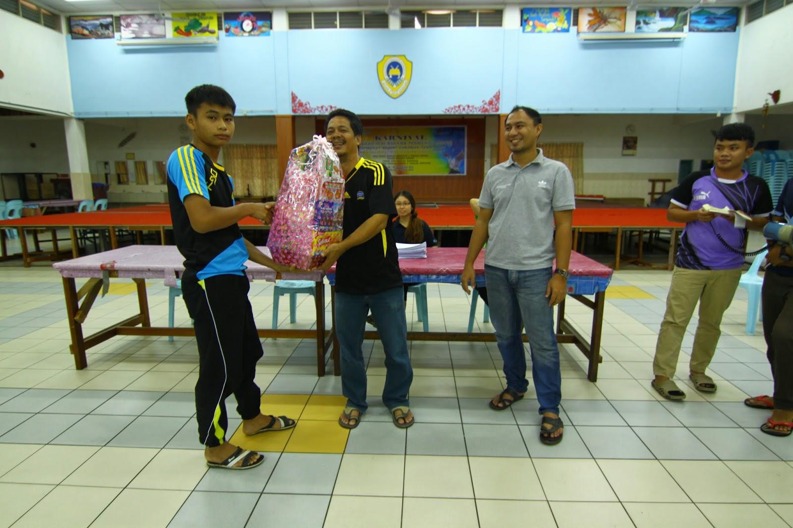 Guru Kimia menyampaikan hadiah kepada peserta