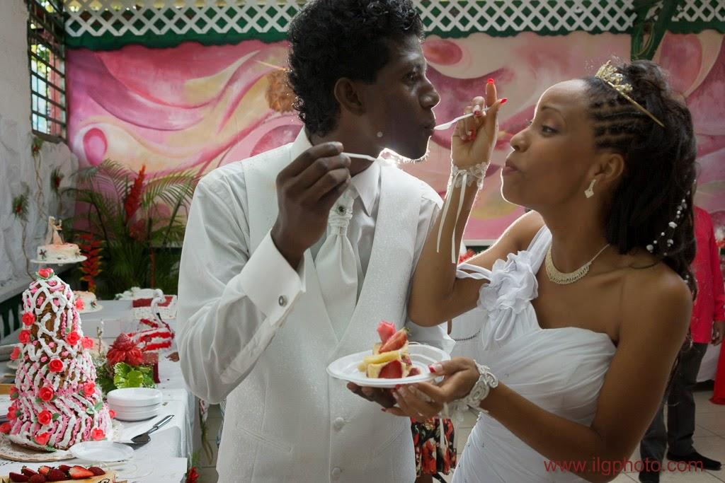 la mariée fait goûter le gâteau à son mari