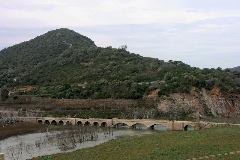 Antiguo puente de 'Picao' en el pantano de Guadalcacín. Hoy cubierto por las aguas