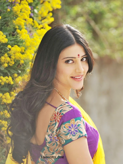 Shruti_Hassan_back_half_saree_from_Gabbar-Singh