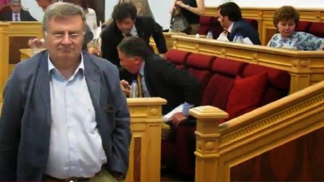 Arturo García-Tizón Presidente de la Comisión Constitucional abandonando el pleno del Ayto de Toledo