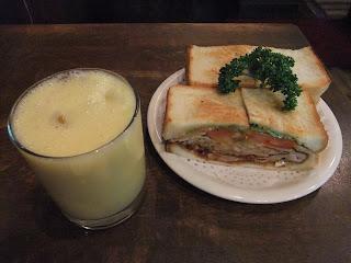ニューアストリアのミックスジュースとパンの耳付き野菜入りカツサンド