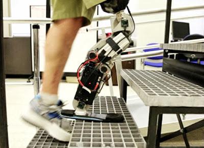 Lelaki OKU pertama kawal kaki robotik dengan minda