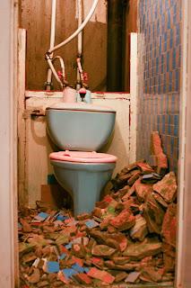 сбиваю старую штукатурку со стен туалета